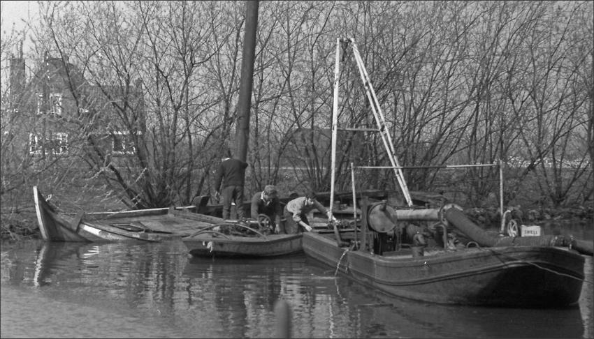 Voorjaar 1963: de MK63, gevonden als wrak in de Vecht, wordt leeggepompt